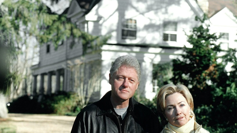 bill and hillary clinton outside home